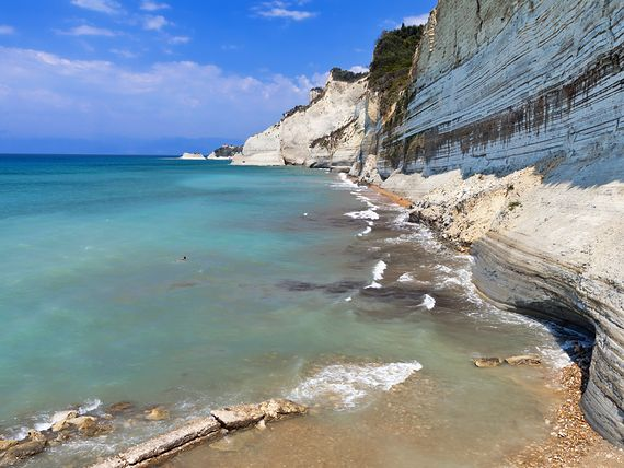 Klify i plaża w Peroulades